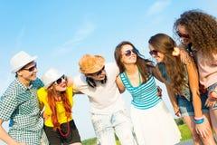 Группа в составе молодые люди нося солнечные очки и шляпу Стоковые Фото