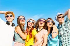 Группа в составе молодые люди нося солнечные очки и шляпу Стоковые Фотографии RF