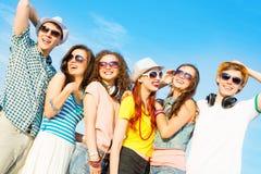 Группа в составе молодые люди нося солнечные очки и шляпу Стоковая Фотография RF