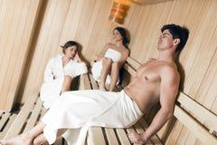Группа в составе молодые люди ослабляя в сауне Стоковое фото RF