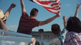 Группа в составе молодые люди поднимает американский флаг сток-видео