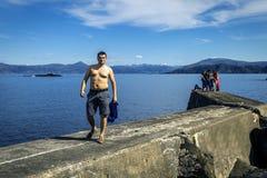 Группа в составе молодые люди путешествует вокруг Норвегии Стоковая Фотография RF