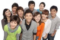 Группа в составе молодые люди смотря вверх в ободрении стоковое фото rf