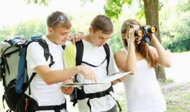 Группа в составе молодые backpackers Стоковые Фотографии RF