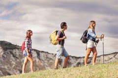 Группа в составе молодые hikers в горе в отдельном файле Стоковые Изображения RF