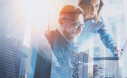 Группа в составе 3 молодых сотрудника работая совместно на современном coworking офисе Принципиальная схема сыгранности Двойная э Стоковое Изображение