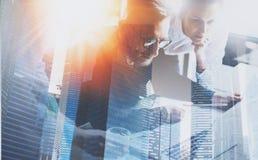 Группа в составе 3 молодых сотрудника работая совместно на современном coworking офисе Принципиальная схема сыгранности Двойная э Стоковая Фотография