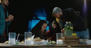 Группа в составе мульти-этнические друзья говоря еду и выпивать акции видеоматериалы
