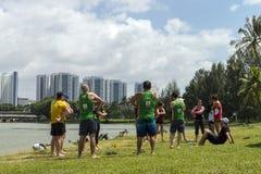 Группа в составе мульти-культурные люди и женщины нагревают перед спортивным мероприятием на реке Kallang Стоковые Фотографии RF
