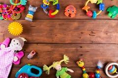 Группа в составе младенец забавляется на деревянной предпосылке с космосом экземпляра верхняя часть соперничает стоковое изображение