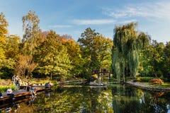 Группа в составе неизвестные люди ослабляет в японском саде в Wroclaw, Польше стоковое фото