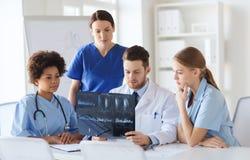 Группа в составе доктора обсуждая изображение рентгеновского снимка Стоковые Фотографии RF