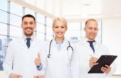 Группа в составе доктора показывая большие пальцы руки вверх в клинике Стоковая Фотография RF