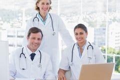 Группа в составе доктора работая совместно Стоковое фото RF
