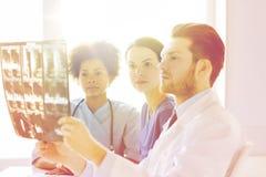 Группа в составе доктора смотря к рентгеновскому снимку на больнице Стоковое Фото
