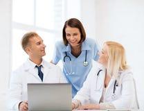 Группа в составе доктора смотря ПК таблетки Стоковое фото RF