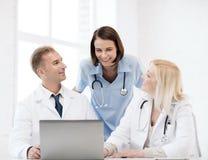 Группа в составе доктора смотря ПК таблетки Стоковое Изображение