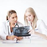 Группа в составе доктора смотря рентгеновский снимок Стоковые Изображения RF