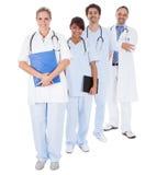 Группа в составе доктора стоя совместно над белизной Стоковая Фотография RF