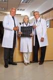 Группа в составе доктора с изображением рентгеновского снимка Стоковое Изображение