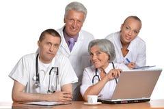 Группа в составе доктора с компьтер-книжкой Стоковая Фотография RF