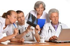 Группа в составе доктора с компьтер-книжкой Стоковое Фото
