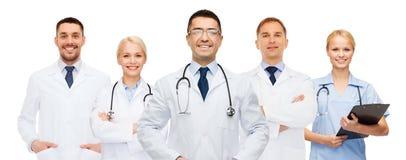Группа в составе доктора с доской сзажимом для бумаги и стетоскопами Стоковое Изображение RF