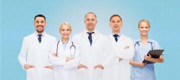 Группа в составе доктора с стетоскопами и доской сзажимом для бумаги Стоковое Изображение