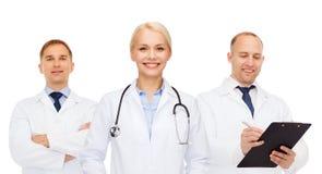 Группа в составе доктора с стетоскопами и доской сзажимом для бумаги Стоковые Фото