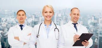Группа в составе доктора с стетоскопами и доской сзажимом для бумаги Стоковое Изображение RF