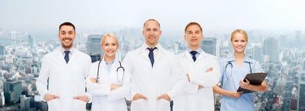 Группа в составе доктора с стетоскопами и доской сзажимом для бумаги Стоковая Фотография