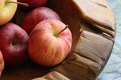 Группа в составе органические свежие красные яблоки на деревянном подносе, изысканном магазине плода, здоровом probiotic меню пит стоковые фотографии rf