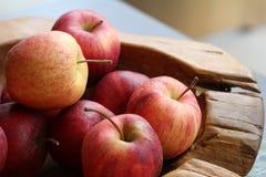 Группа в составе органические свежие красные яблоки на деревянном подносе, изысканном магазине плода, здоровом probiotic меню пит стоковые изображения