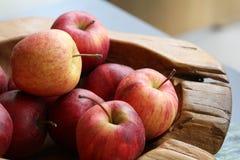 Группа в составе органические свежие красные яблоки на деревянном подносе, изысканном магазине плода, здоровом probiotic меню пит стоковое фото rf