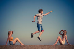 Группа в составе ослаблять девушек мальчика 2 друзей внешний Стоковое Изображение RF