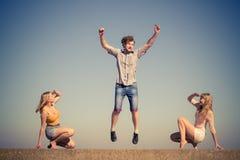 Группа в составе ослаблять девушек мальчика 2 друзей внешний Стоковые Фото