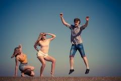 Группа в составе ослаблять девушек мальчика 2 друзей внешний Стоковое Фото