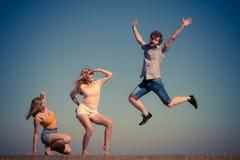 Группа в составе ослаблять девушек мальчика 2 друзей внешний Стоковое Изображение