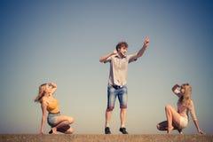 Группа в составе ослаблять девушек мальчика 2 друзей внешний Стоковое фото RF