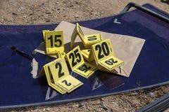 Группа в составе отметка доказательства в исследовании места преступления стоковые изображения rf