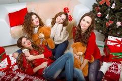 Группа в составе очень молодые женщины говорит о подарках внутри Стоковое фото RF