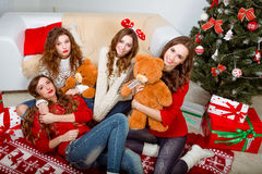Группа в составе очень молодые женщины говорит о подарках внутри Стоковые Изображения RF