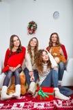Группа в составе очень молодые женщины говорит о подарках внутри Стоковое Изображение RF