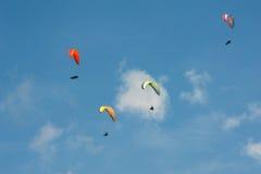Группа в составе парапланы летает в день лета солнечный Карпаты, Украина Парапланы на фоне облаков Стоковое Изображение