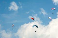 Группа в составе парапланы летает в день лета солнечный Карпаты, Украина Парапланы на фоне облаков Стоковое Фото