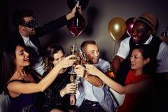 Группа в составе партия друзей дома Стоковая Фотография