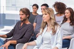 Группа в составе пациенты слушая на терапии Стоковые Изображения