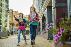 Группа в составе перемещение детей в Европе Концепция туризма и каникул Стоковые Фото