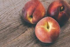 Группа в составе 3 персика на деревянной предпосылке Стоковое фото RF