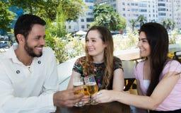Группа в составе пиво человека и женщины выпивая в баре Стоковые Фото